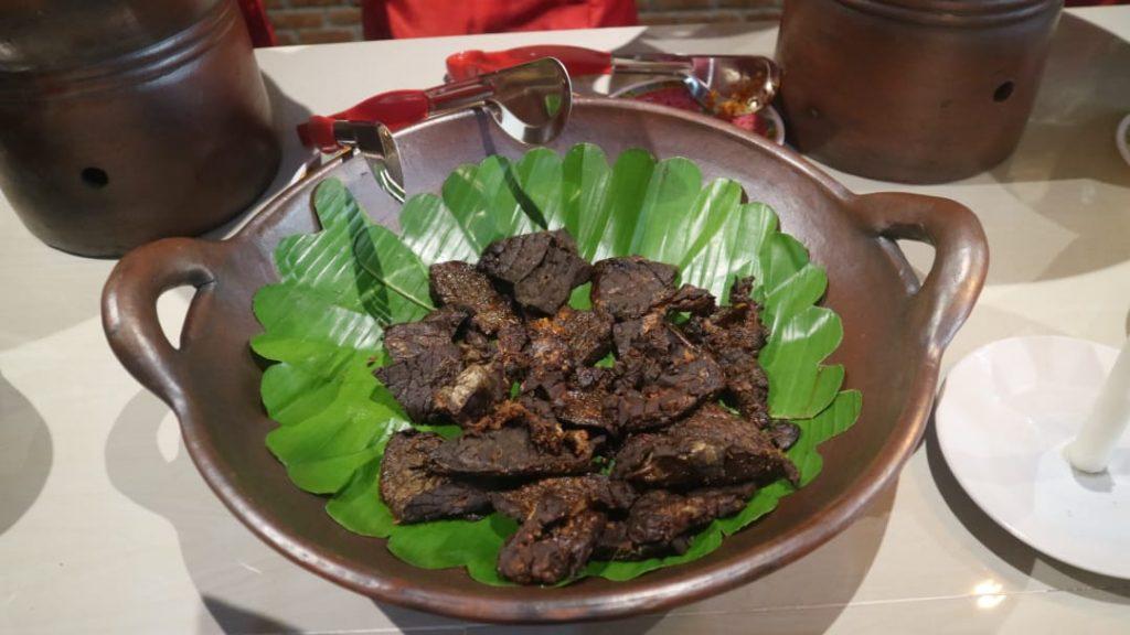 makan di Bakoel Ussy menu paru bacem