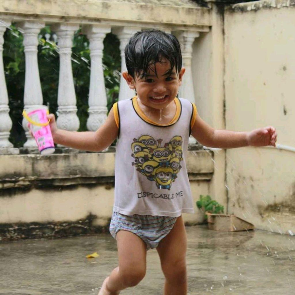 menjaga kesehatan anak saat musim hujan