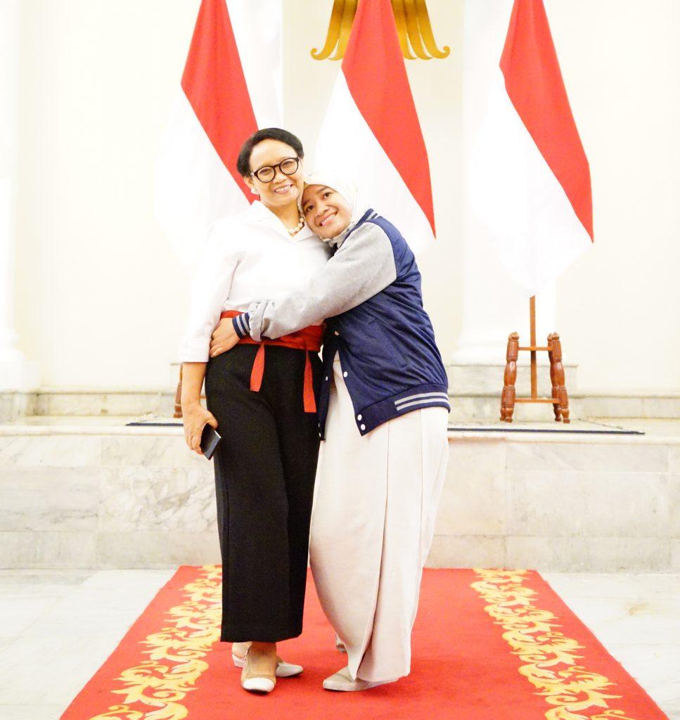 Berpelukan dengan Ibu Menteri